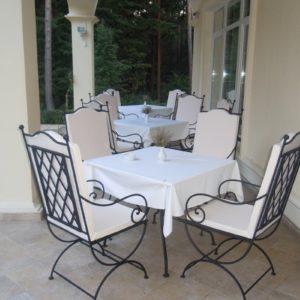 Комплект кованой мебели: стол и стулья