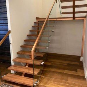лестница из дерева и стекла СТ-01